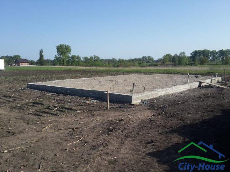 Мелкозаглубленый ленточный фундамент для каркасного дома на буронабивных бетонных сваях
