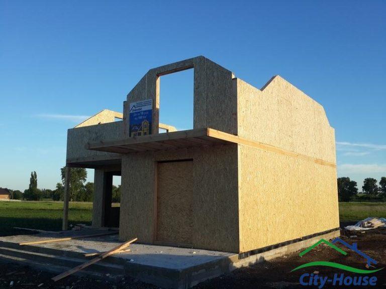 По проекту реализован балкон из клееных балок