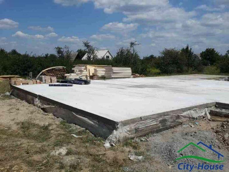 Мелкозаглубленный ленточный фундамент на буронабивных бетонных сваях