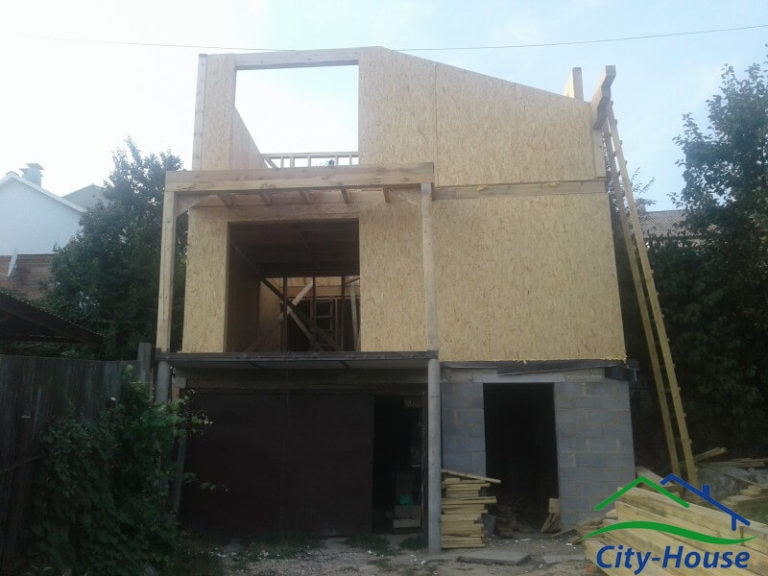 Реализовали балкон в доме из СИП панелей