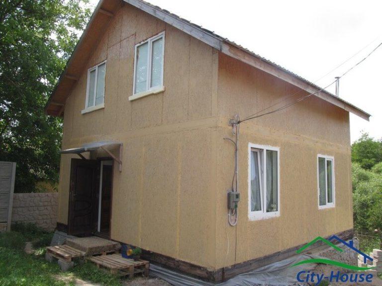 В каркасном доме установлены окна и двери