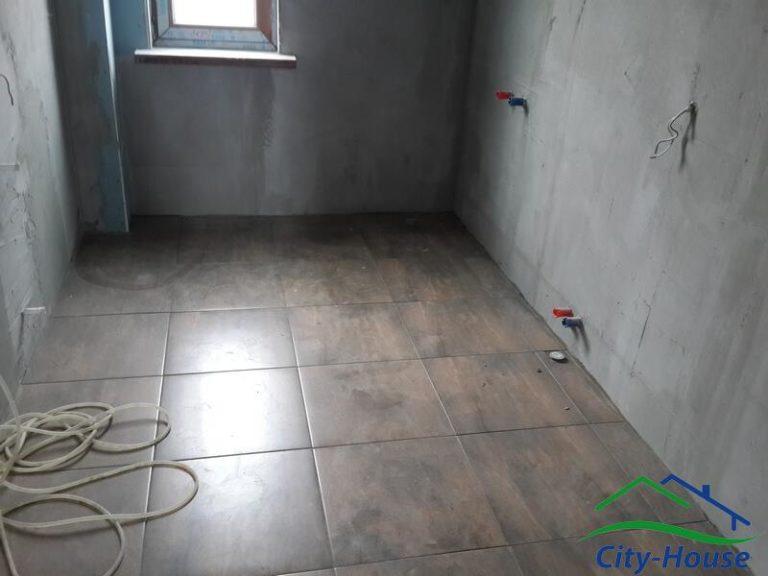 В санузлах стены обшиты влагостойким гипсокартоном, на полу положена плитка