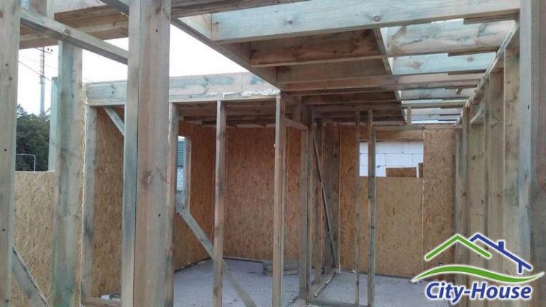 Межэтажное перекрытие выполнено из клееных балок с утеплением торцов блоками самозатухающего пенополистирола