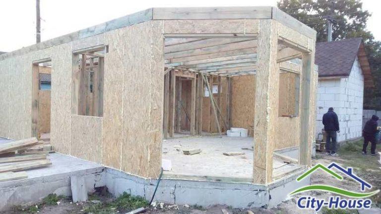 Первый этаж комплекта дома собран, продолжаем монтаж канадского дома