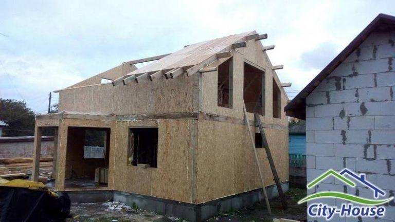 Не утепляем улицу, монтируем СИП панели крыши рационально, не выпускаем на свесах и фронтонах лишние СИП панели