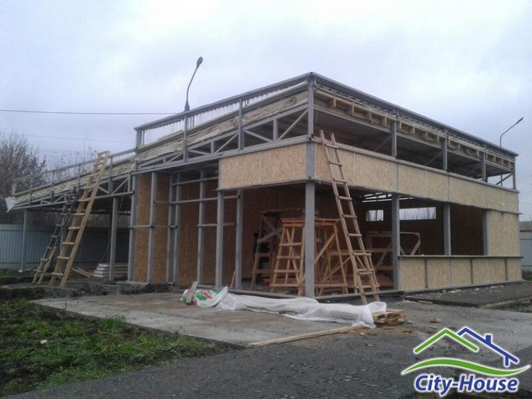 Часть ограждающих конструкций из SIP панелей уже собрана, продолжаем монтаж