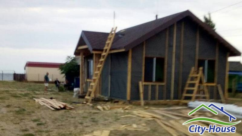Снаружи фасады дома обшили ветро-влагозащитной мембраной под вент. фасад