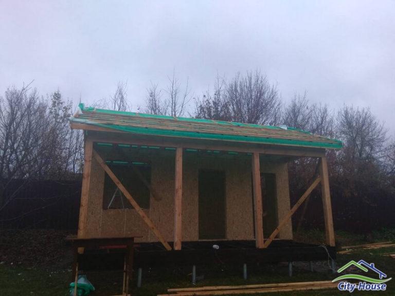 Собираем конструкцию крыши, покрываем стропила супердиффузионной мембраной
