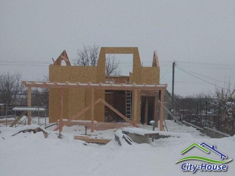Есть много преимуществ в строительстве каркасного дома зимой