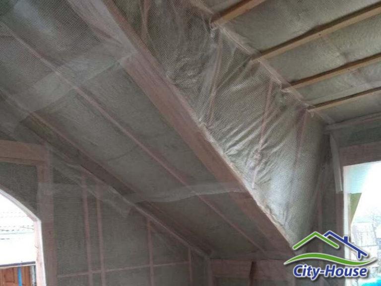 Крыша, стены и перекрытия утепляются минеральной ватой