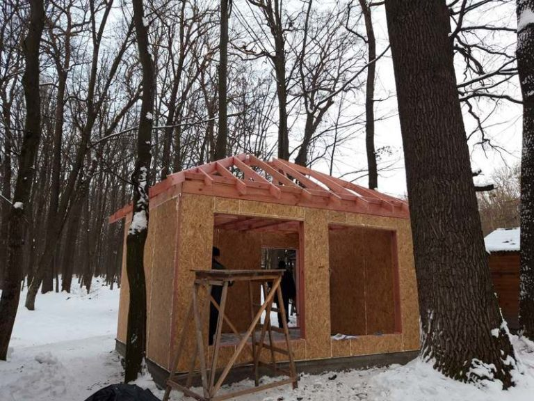 Монтаж крыши домика для отдыха